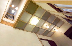 (after)格子天井。ギャラリーなので控えめな配色に。左端は、撤去した階段跡を活かした「吹き抜け」で、ギャラリーへの採光を確保。