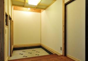 (after)玄関ギャラリーの白壁は、英文字のLの形。これから、どんな風に飾られてゆくのでしょうか?!