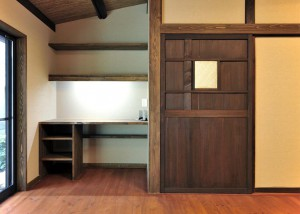 (after)<リビング空間> 書斎スペース。アンティーク扉の隣は、大工造りのデスクです。