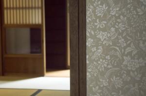 (after)京唐紙で仕上げた、間仕切り建具の引き戸。