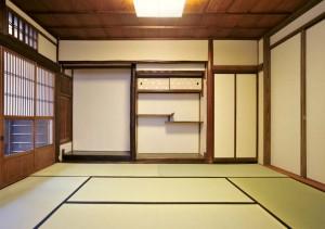 (after)間仕切り建具を閉めると、昔ながらの<和の座敷空間>に! 床の間周辺も、障子戸のすべり具合まで確認・修復し、再生しました。