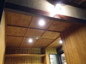 (after)ガレージの格子天井。玄関と同じ格子天井ですが、こちらは木目を活かした仕上げ。