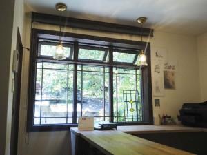(after)事務室 窓辺。木製のと窓枠を試験的に製造