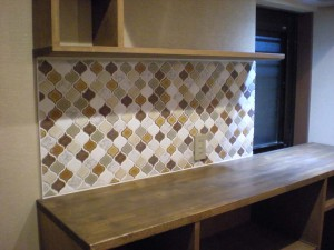 photo06 キッチン。壁(after)キッチン壁面のタイル