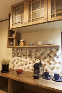 (after)キッチン吊り棚とタイル壁面